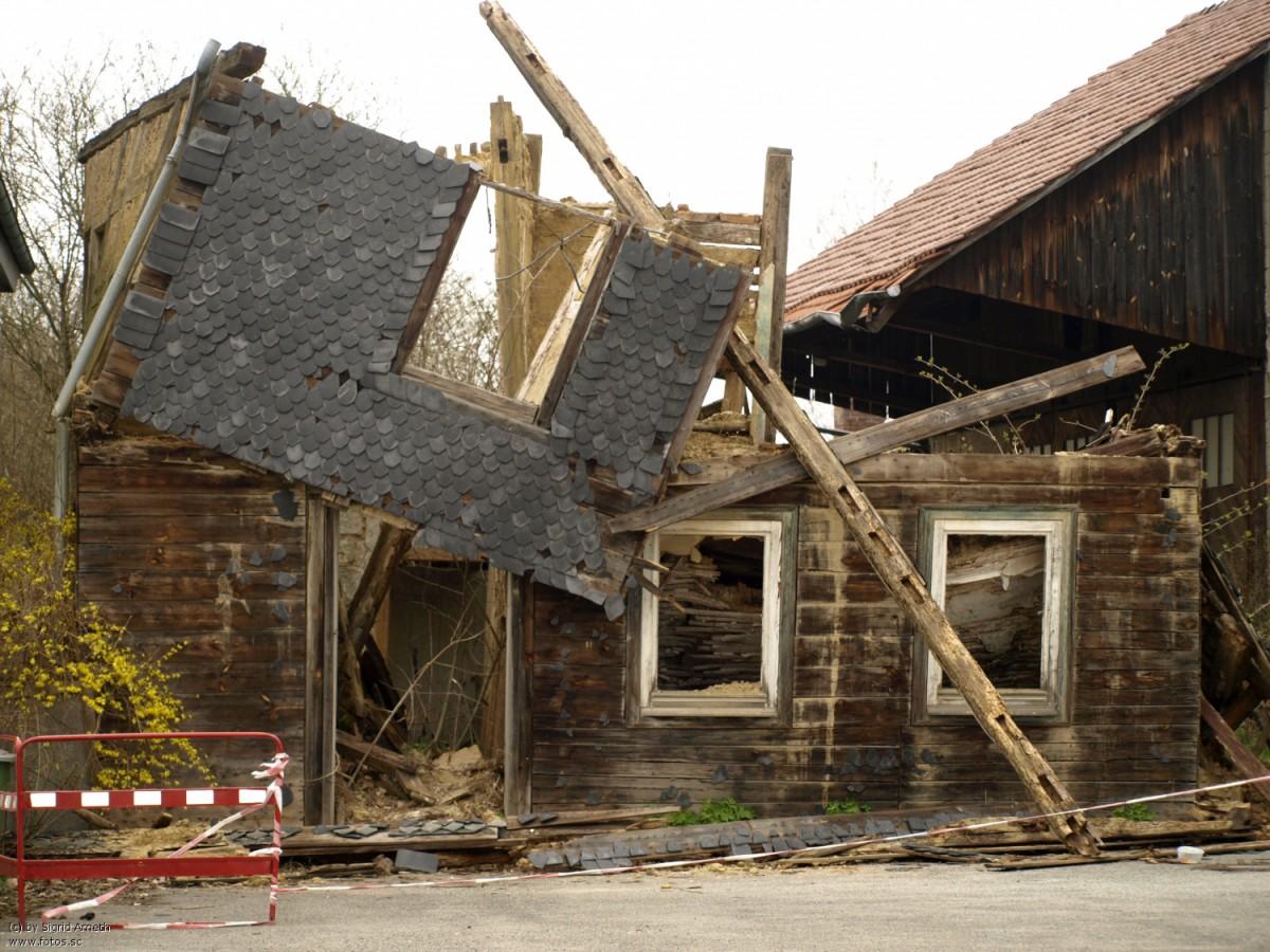 Auch eine Internetpräsenz kann einstürzen, so wie dieses ehemals hübsche Haus in Neudorf.