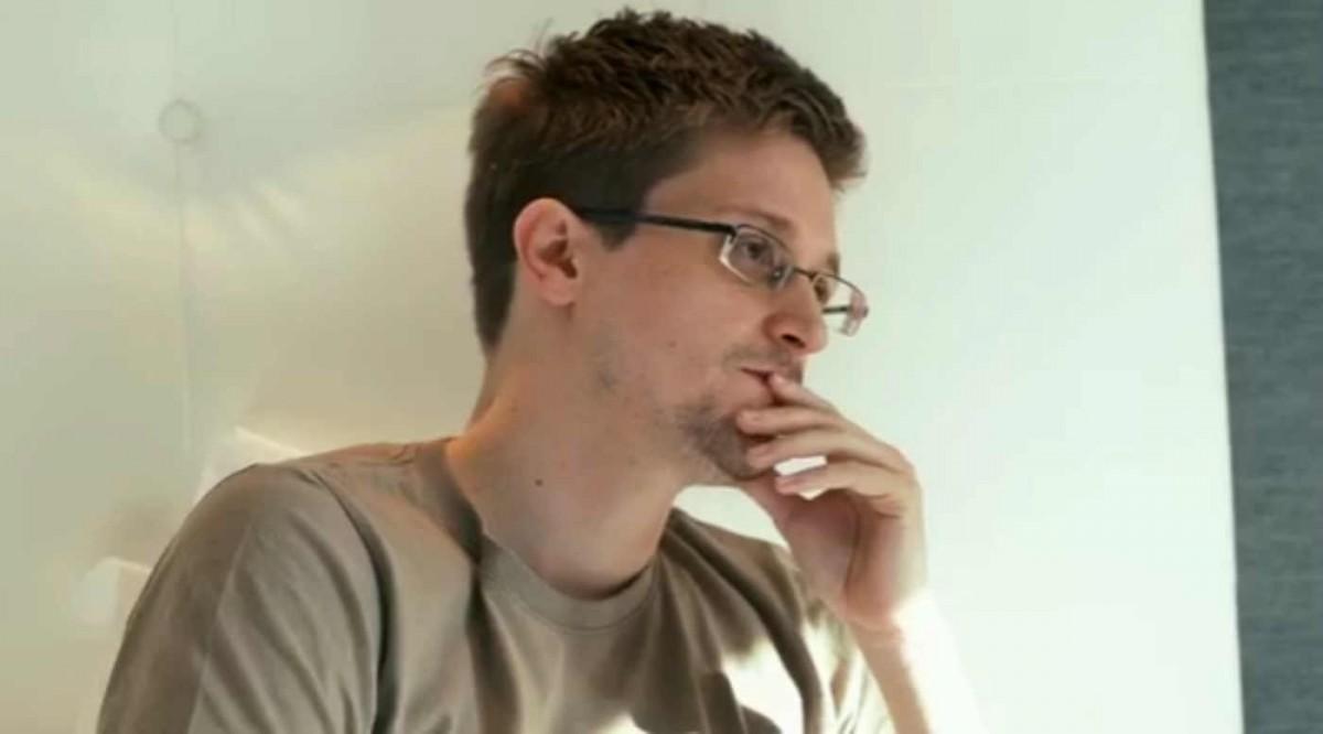 Edward Snowden hält sich den Mund zu